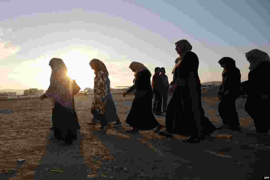 У цей місяць мусульмани відчувають силу своєї віри і намагаються очиститися духовно. На фото – палестинські жінки із Західного берега Йордану йдуть у сторону пропускного пункту Каландія, щоб помолитися в мечеті на території Ізраїлю. 10 червня 2016 року.