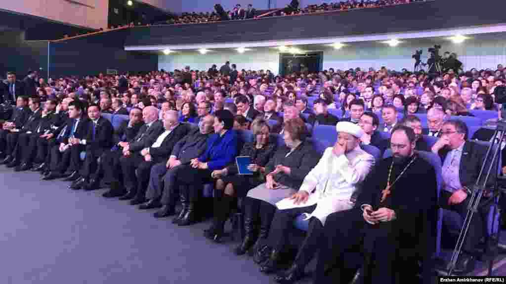 Жители столицы, пришедшие на встречу с акимом. Астана, 20 февраля 2019 года.