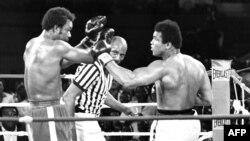 Jorj Forman Muhammad Aly bilen bokslaşýar, 30-njy oktýabr, 1974 ý.