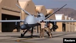 Амэрыканскія вайскоўцы рыхтуюць дрон MQ-9 Reaper да вылету на авіябазе ў Кандагары, Аўганістан, 9 сакавіка 2016 году.