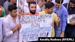 Сторонники оппозиции проводят акцию протеста в Баку. 11 сентября 2016 года.
