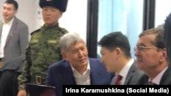 Бывший президент Кыргызстана Алмазбек Атамбаев (в центре) в зале суда. Архивное фото.