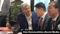 Алмазбек Атамбаев и его адвокат Замир Жоошев в суде. 3 марта 2020 года.