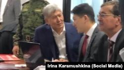 Алмазбек Атамбаев сот залында. Архивдик сүрөт.