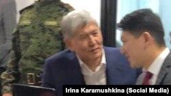 Кой-Таш окуясы боюнча соттук отурум. 3-март, 2020-жыл. Мурдагы президент Алмазбек Атамбаев жана адвокат Замир Жоошев.