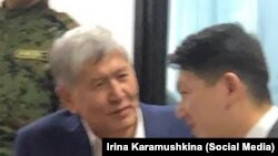 Алмазбек Атамбаев жана жактоочусу Замир Жоошев. Сот отурумдарынын биринде.
