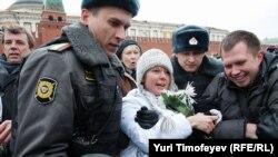 "Николай Ляскин (справа) и Евгения Чирикова (в центре) во время задержания на акции ""Белая площадь"""