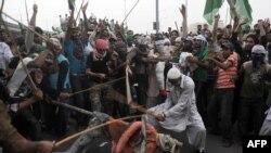 Пакистан: участники антиамериканской акции бьют чучело президента Обамы