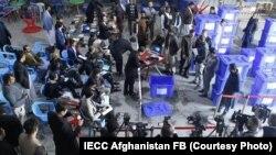 کمیسیون انتخابات افغانستان در حین بازشماری آرا