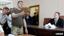 Костянтин Кулик (у камуфляжі) в залі Солом'янського райсуду Києва, 4 липня 2016 року