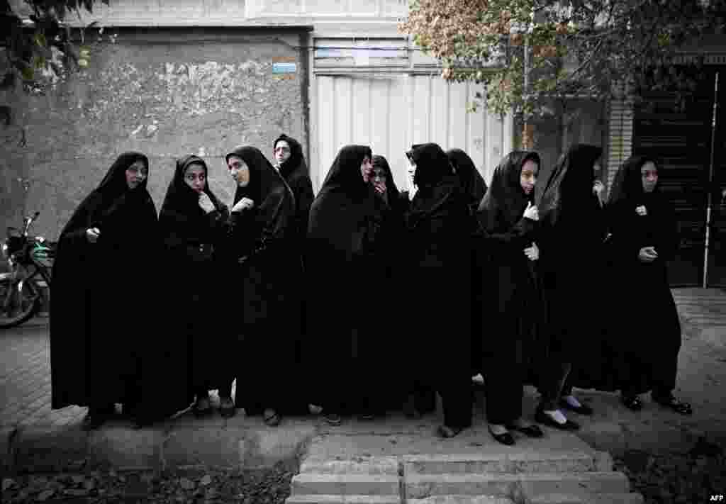 Women attend a Ta'zieh performance.