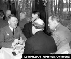 Переговоры Гитлера и финского главнокомандующего Маннергейма (справа) в Финляндии, 4 июня 1942 года