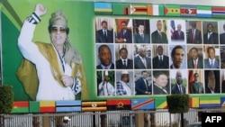 билборд со ликот на либијскиот лидер Муамар Гадафи