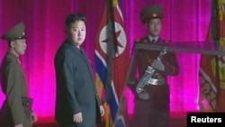 Ким Чен Ын (ортодо) табыттагы атасына таазим эткени келген кез. Пхеньяндагы Кымсусан меморалдык комплекси. 20-декабрь 2011