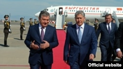 Шавкат Мирзияев и Алмазбек Атамбаев в международном аэропорту Ташкента. Июнь, 2016 года.