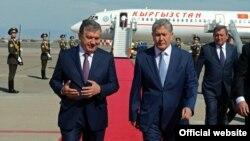 Президент Узбекистана Шавкат Мирзияев (слева) встречает в аэропорту президента Кыргызстана Алмазбека Атамбаева, декабрь 2016 года.