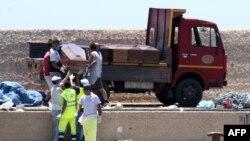 Тела погибших беженцев из Ливии на итальянском острове Лампедуза