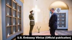 Заступник держсекретаря США Стівен Біган вшановує пам'ять повстанців Кастуся Калиновського у Вільнюсі