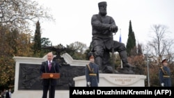 Vladimir Putin noyabrın 18-də çar III Aleksandrın abidəsinin açılışında çıxış edir