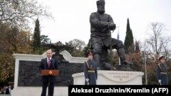 Владимир Путин произносит речь во время открытия памятника Александру III в Ялте, 18 ноября 2017 года