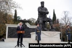 Владимир Путин выступает на церемонии открытия памятника Александру III в Ялте, ноябрь 2017 года