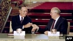 Джордж Буш и Михаил Горбачев подписывают в Москве договор СНВ 31 июля 1991 года