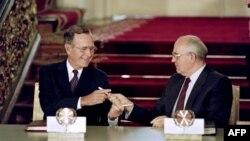 Історичне фото: президент США Джородж Буш-старший (ліворуч) і радянський лідер Михайло Горбачов обмінюються ручками після підписання угоди про скорочення стратегічних наступальних озброєнь, Москва, 31 липня 1991 року