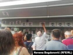 """Građani na ulazu u Javni servis RTS u Takovskoj lepe poruku """"Stop lažima, budi normalan"""", Beograd, 8. jun"""