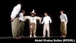 مشهد من مسرحية (الفزاعة) في دهوك