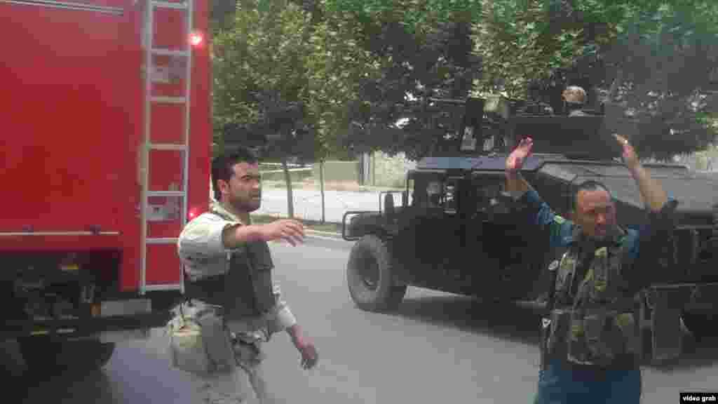 د ملي شورا پر ودانۍ د برید پر مهال افغان سربازان د تیارسي په حال کې