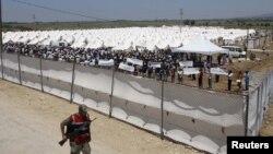 Турецкие солдаты охраняют палаточный городок с сирийскими беженцами в провинции Хатай, 17 июня 2011