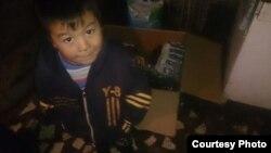 """Нурболот. Ему 5. Он работает на авторынке """"Азамат"""". Автор фото - Жолдош Конушалиев."""