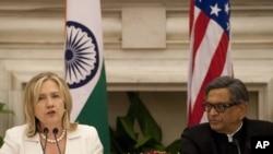 هند: د امریکا د بهرنو چارو وزیره هیلري کلنټن له خپل هندي سیال اېس اېم کریشنا سره ګډ خبري کنفرانس کوي