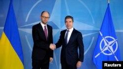 Прем'єр-міністр України Арсеній Яценюк і генеральний секретар НАТО Андерс Расмуссен, Брюссель, 6 березня 2014 року