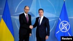 Український прем'єр Арсеній Яценюк та генеральний секретар НАТО Андерс фон Расмуссен, Брюссель, 6 березня 2014 року
