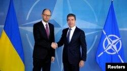 Архівна фотографія. Прем'єр України Арсеній Яценюк і генеральний секретар НАТО Андерс Расмуссен, Брюссель, 6 березня 2014 року