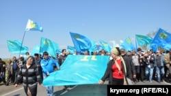 Крымские татары на Турецком валу в ожидании Мустафы Джемилева. 3 мая 2014 года