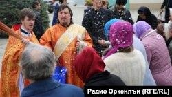 В нынешнем храме места не хватает, люди на улице стоят, заявляют власти
