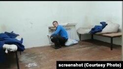 Иван Вшивков в камере отделения полиции