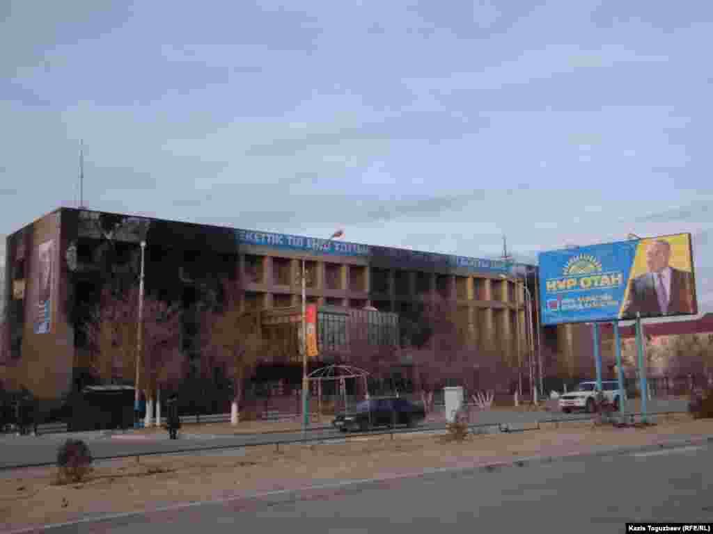 """Восстановленный через несколько дней после Жанаозенских событий плакат с Назарбаевым. Он был реставрирован одним из первых объектов в городе - и заменен на агитационный плакат президентской партии """"Нур Отан"""". Город Жанаозен Мангистауской области, 22 декабря 2011 года."""