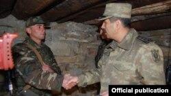 Министр обороны Азербайджана Закир Гасанов (справа) во время посещения воинской части (архив)
