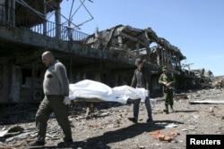 Пленные несут останки убитого в донецком аэропорту - 22 мая 2015