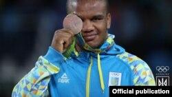 Жан Беленюк с медалью Олимпийских игр. 14 августа 2016 года