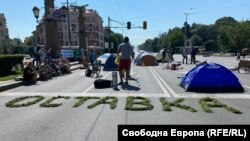 В четвъртък на Орлов мост се появи палатков лагер. Хората в него са част от протеста срещу правителството и главния прокурор Иван Гешев и твърдят, че ще останат там до техните оставки