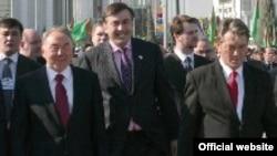 С точки зрения грузинского общества, лидер «революции роз» не может открыто благоволить режиму, сложившемуся в Туркменистане во время правления Туркменбаши