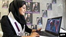 مؤيدة لمرشح الرئاسة الإيرانية حسن روحاني تعمل في دائرة لإدارة حملته الإنتخابية.