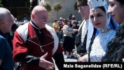 Люди в национальных костюмах «чоха», с иконами, церковными флагами и хоругвями в руках стали собираться на площади Роз в Тбилиси с утра, чтобы отметить День сплоченности и святости семьи