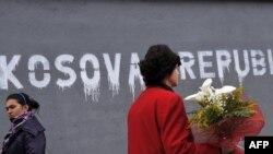 """Grafite me mbishkrimin """"Kosova Republikë"""", të shkruara nga Lëvizja Vetëvendosje, në kundërshtim të marrëveshjeve për fusnotën."""