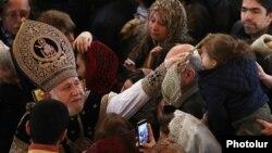 Ամենայն Հայոց կաթողիկոս Գարեգին երկրորդը օրհնում է հավատացյալներին, արխիվ