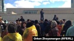 «Ипотечники» собрались у правительственных зданий на Левобережье Астаны. 1 октября 2013 года.